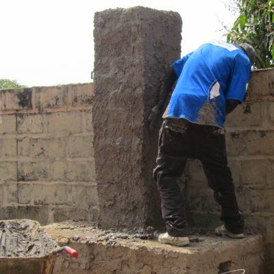 Der Herd ist fertig (Folgetag)  Bis zur Regenzeit muss die Familie die Kochhütte gebaut haben
